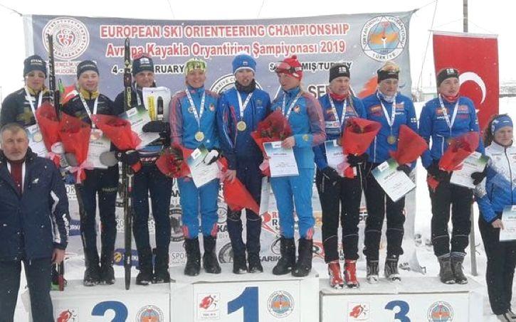 Det svenska damlaget med Tove Alexandersson, Hanna Eriksson och Magdalena Olsson tog silver på stafetten som avslutade EM i skidorientering i Turkiet. FOTO: Svenska orienteringsförbundet.