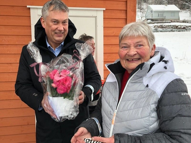 Gerd Brekke frå Sørsida pensjonistlag hadde med seg blomster til Høyanger-ordførar Petter Sortland.