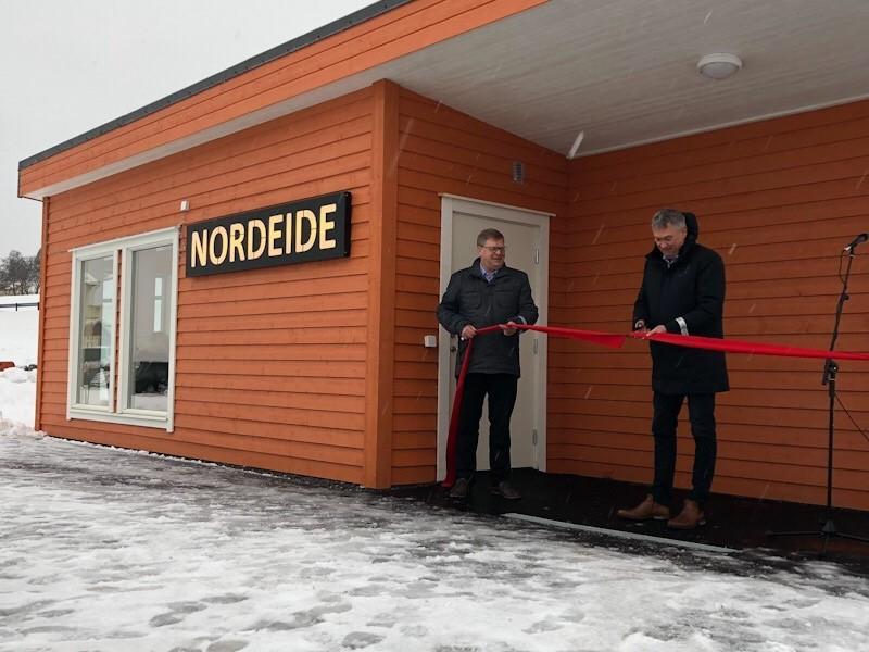Norald Distad og Petter Sortland klypte snora i samband med opning av venterommet på Nordeide