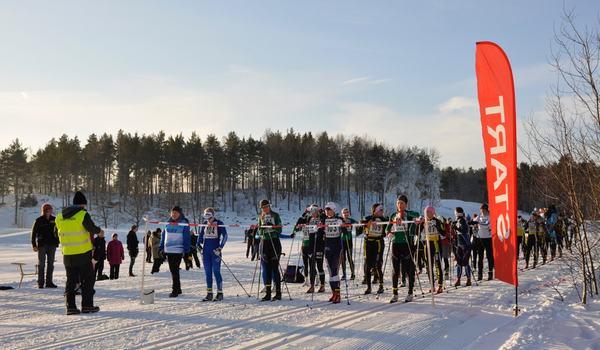 Tjejskidan körs på Täby Konstsnöspår under lördagen. FOTO: Sundbybergs IK skidor.