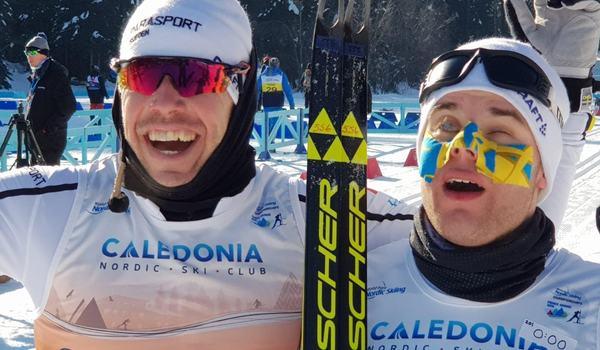 Emil Jönsson och Zebastian Modin jublar efter nattens VM-guld i sprint vid para-VM i Kanada. FOTO: Christer Skog.