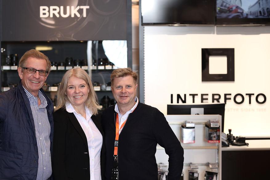 – Dette har kommet i stand i løpet av en uke, sier tidligere Interfoto-sjef Egil B. Rosensverd (t.v.), her sammen med Foto.no-gründerne Elin og Roar Sandvik. (Foto: Morten Qvale).
