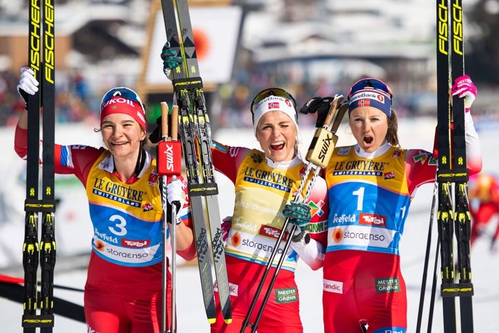 Medaljtrion Natalia Nepryaeva, Therese Johaug och Ingvild Flugstad Östberg jublar. FOTO: Joel Marklund/Bildbyrån.