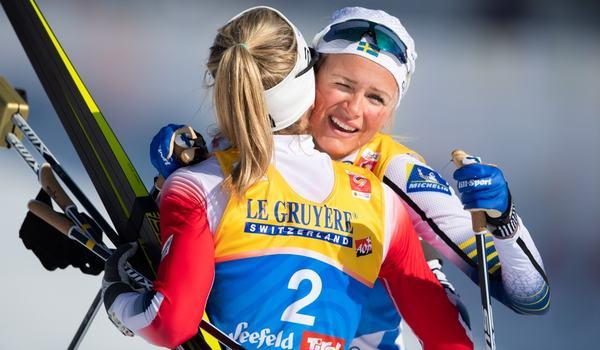 Segraren Therese Johaug kramar om femman Frida Karlsson efter skiathlonloppet på VM i Seefeld. FOTO: Joel Marklund/Bildbyrån.