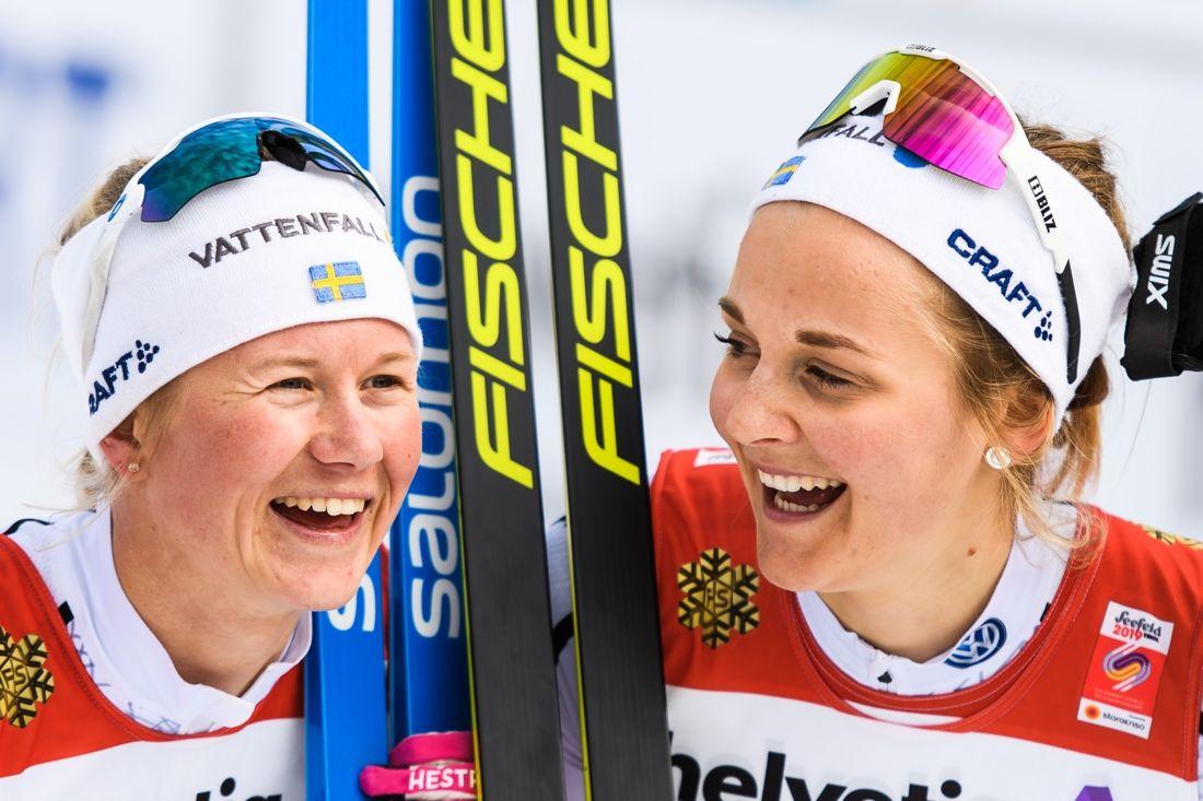 Stora guldleende från Maja Dahlqvist och Stina Nilsson efter segern på sprintstafetten vid VM i Seefeld. FOTO: Joel Marklund/Bildbyrån.