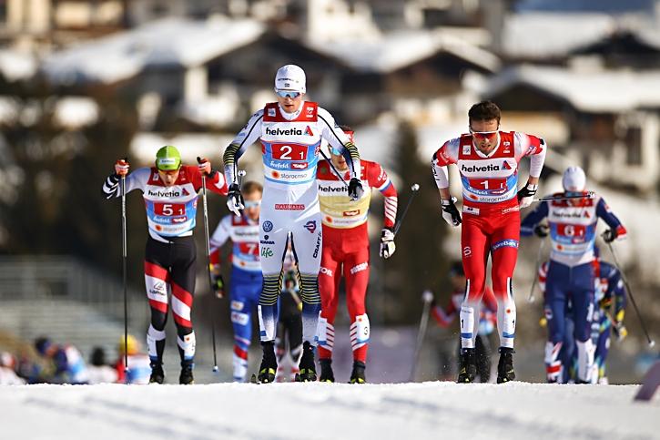 Oskar Svensson åkte suveränt i sprintstafetten. Han ryckte ifrån Emil Iversen och övriga fältet på sin sista sträcka. FOTO: GEPA pictures/CH Kelemen/Bildbyrån.