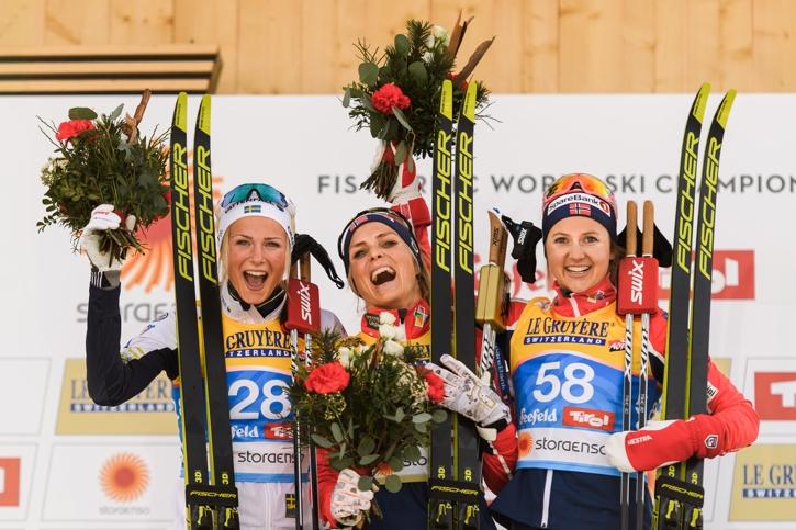 Glädje på pallen mellan silver-Frida, guld-Johaug och brons-Östberg. FOTO: Joel Marklund/Bildbyrån.