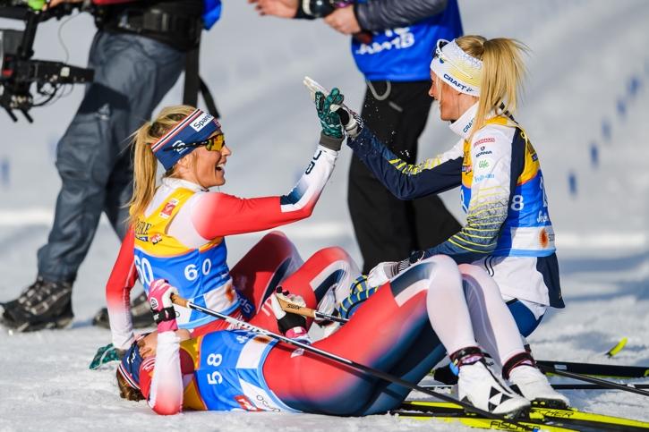 Frida gör high five med Johaug intill en utslagen Flugstad Östberg. FOTO: Joel Marklund/Bildbyrån.