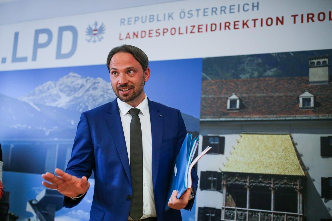 Dieter Csefan, från den österrikiska polisen, vid dagens presskonferens i Innsbruck där en dopingskandal avslöjades. FOTO: GEPA pictures/Daniel Goetzhaber/Bildbyrån.