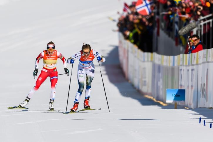 Stina har greppet på Johaug på upploppet. FOTO: Joel Marklund/Bildbyrån.