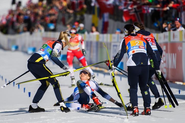 Frida, Charlotte och Ebba möter upp Stina precis bakom mållinjen. FOTO: Joel Marklund/Bildbyrån.