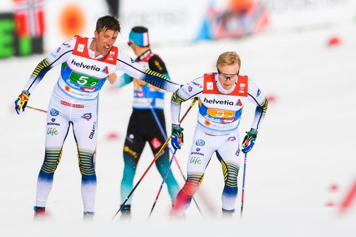 En sliten Calle Halfvarsson växlar över till Jens Burman. FOTO: Joel Marklund/Bildbyrån.