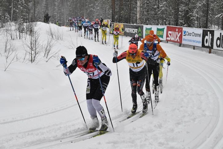 Svenskt i täten. Andreas Holmberg drar före Oskar Kardin upp i Lundbäcksbackarna. FOTO: Vasaloppet.