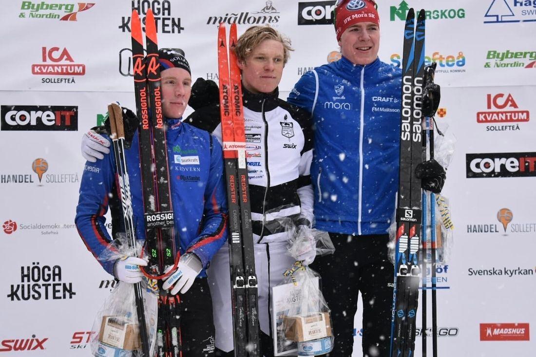 Medaljtrion i H 19-20 vid JSM-sprinten. Fr.v tvåan Anton Eriksson, segraren Axel Aflodal, och trean Samuel Oskarsson. FOTO: Sollefteå Skidor IF.