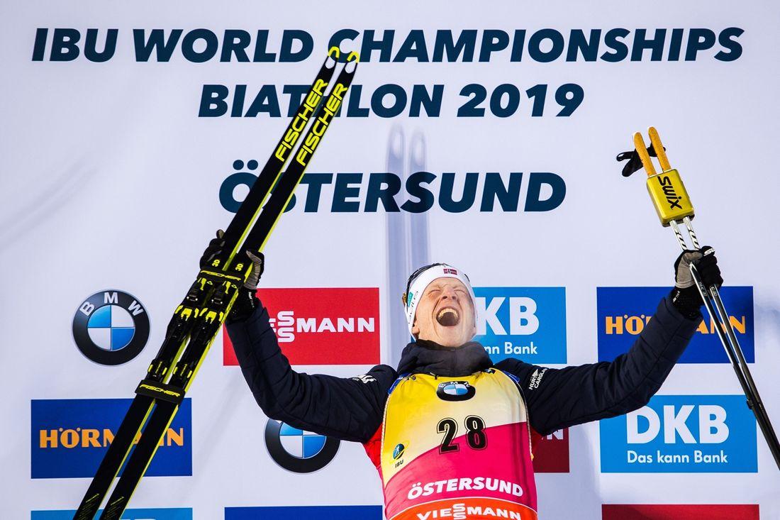 Johannes Thingnes Bö jublar efter guldet på VM-sprinten i Östersund. FOTO: Petter Arvidson/Bildbyrån.