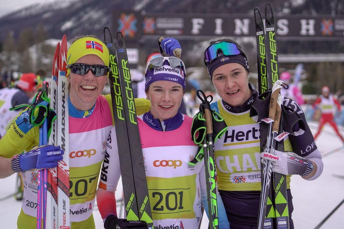 Topptrion i damklassen på Engadin skimarathon: tvåan Astrid Öyre Slind, ettan Nathalie von Siebethal och trean Britta Johansson Norgren. FOTO: Visma Ski Classics/Tom William Lindström.