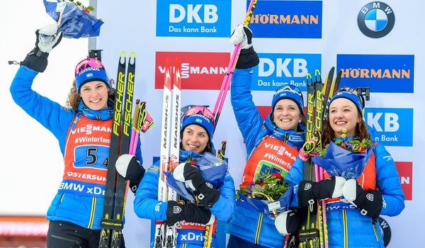 Hanna Öberg, Linn Persson, Mona Brorsson och Anna Magnusson på pallen efter VM-silver på stafetten i Östersund. FOTO: Petter Arvidson/Bildbyrån.