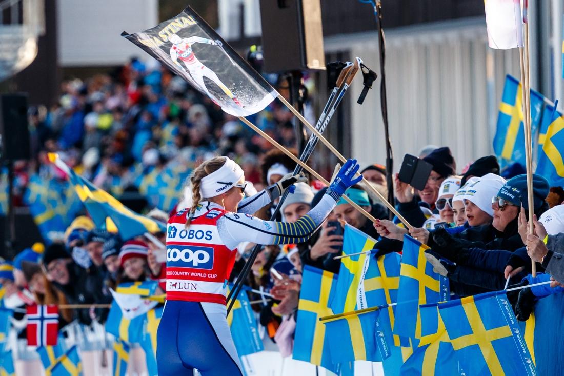 Stina tar emot folkets jubel. FOTO: Daniel Eriksson/Bildbyrån.