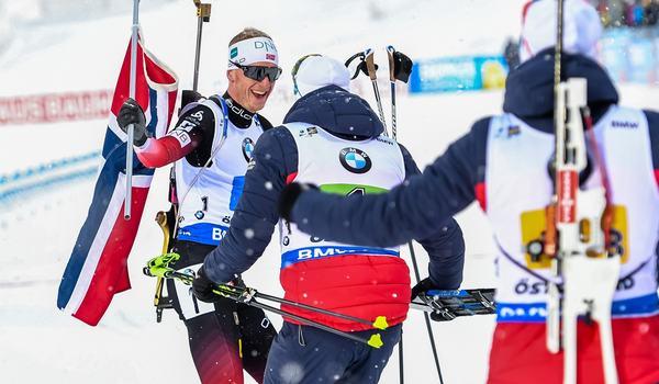 Norska fixade Norges andra stafettguld den här dagen i Östersund. Här tas slutmannen Johannes Thingnes Bö emot av sina lagkamrater. FOTO: Petter Arvidson/Bildbyrån.