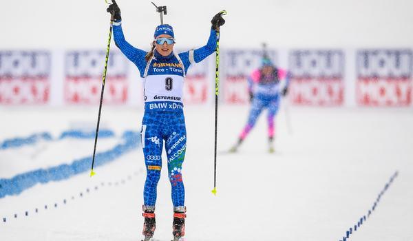 Dorothea Wierer, Italien, tog guld i masstarten före ryskan Jekaterina Yurlova-Percht. FOTO: Petter Arvidson/Bildbyrån.