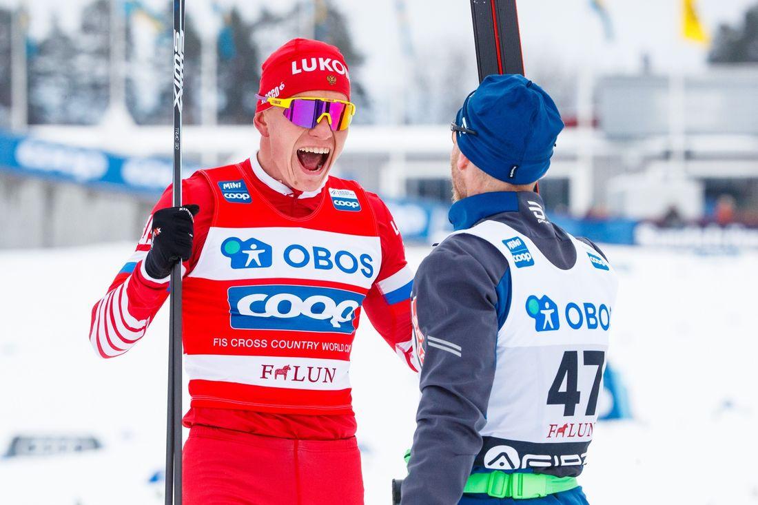 Alexander Bolshunov jublar efter segern i Falun och gratuleras av tvåan Martin Johnsrud Sundby. FOTO: Daniel Eriksson/Bildbyrån.