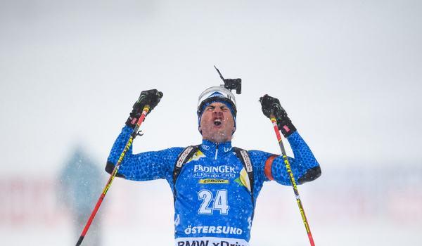 Dominik Windisch jublar när han korsar mållinjen som världsmästare på masstarten i Östersund. FOTO: Petter Arvidson/Bildbyrån.