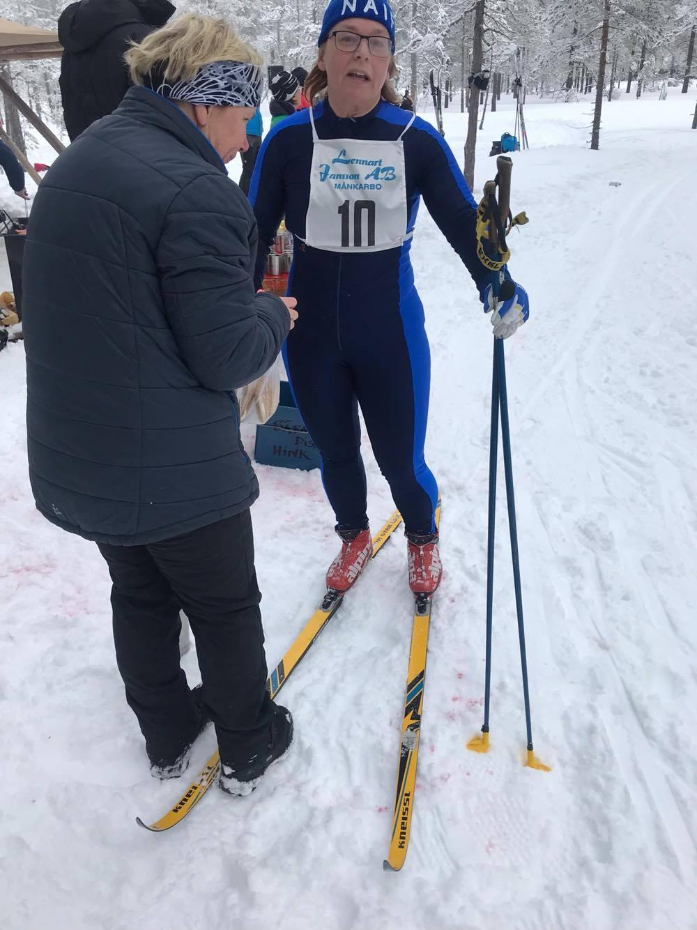 Gamla klassiska Kneissl-skidor och Exel-stavar syntes i spåret. FOTO: Skidhistoriska Sällskapet.