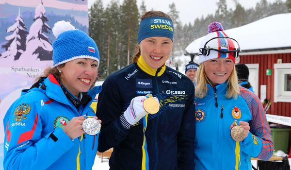 Tove Alexandersson vann guldet på VM-långdistansen i skidorientering. Här tillsammans med tvåan Alena Trapeznikova och trean Mariya Kechkina, båda Ryssland. FOTO: Mårten Lång/Svenska orienteringsförbundet.
