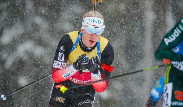 Johannes Thingnes Bö vann säsongens 14:e seger när han tog hem segern på sprinten i Holmenkollen under fredagen. FOTO: Johan Axelsson/Bildbyrån.