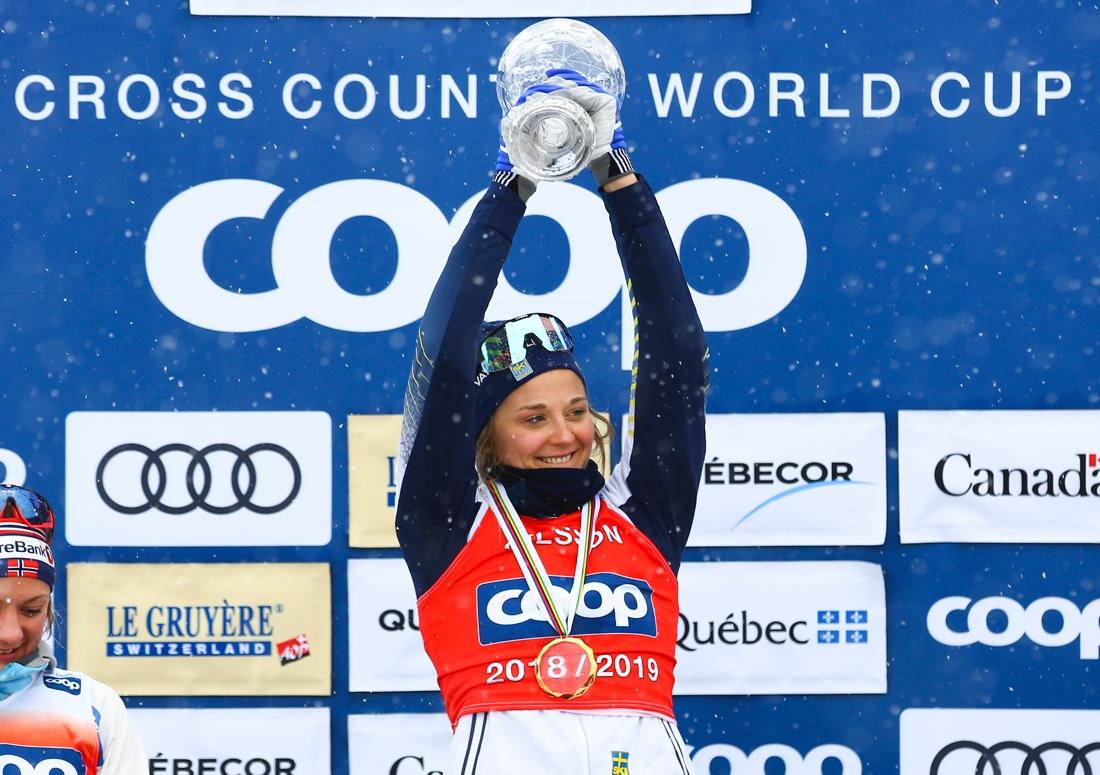 Stina med glasbucklan som signalerar totalseger i sprintvärldscupen. FOTO: GEPA pictures/CH Kelemen/Bildbyrån.