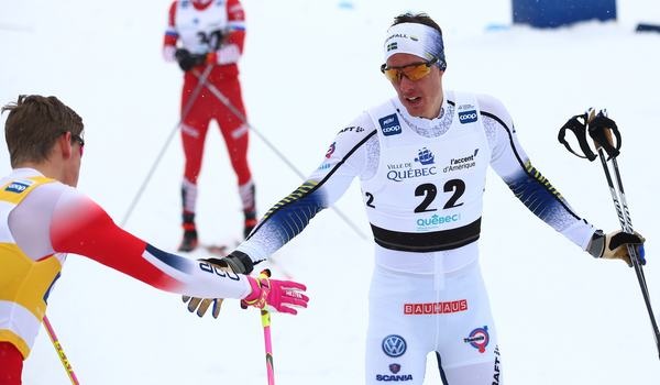 Johan Häggström blev fin finalfemma i Quebec och gratulerar Johannes Hösflot Kläbo till segern. FOTO: GEPA pictures/CH Kelemen/Bildbyrån.