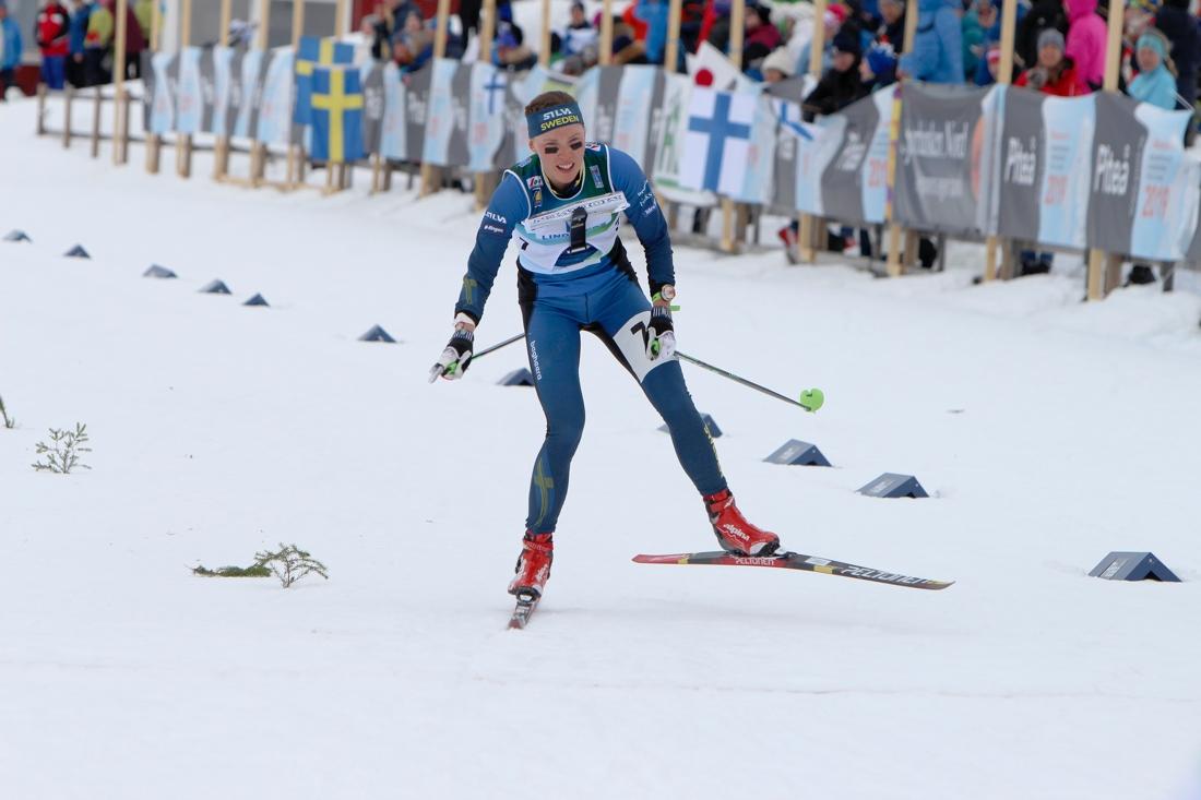 Tove Alexandersson fick nöja sig med silver efter ett fall på slutet av masstarten. FOTO: Mårten Lång/Svenska Orienteringsförbundet.