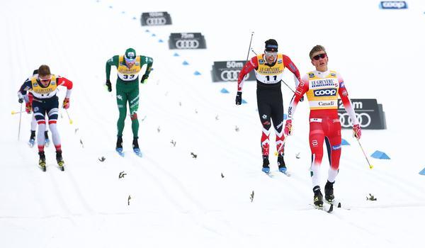 Johannes Hösflot Kläbo vann masstarten i Kanada tätt före Alex Harvey, Didrik Tönseth och Francesco de Fabiani. FOTO: GEPA pictures/CH Kelemen/Bildbyrån.