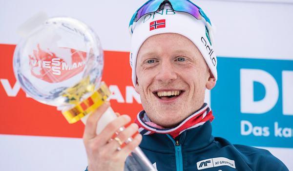 Johannes Thingnes Bö vann sin 16:e seger för säsongen när världscupen i skidskytte avslutades med masstart i Holmenkollen. Här står han med världcupbucklan för totalsegern i världscupen. FOTO: Jon Olav Nesvold/Bildbyrån.