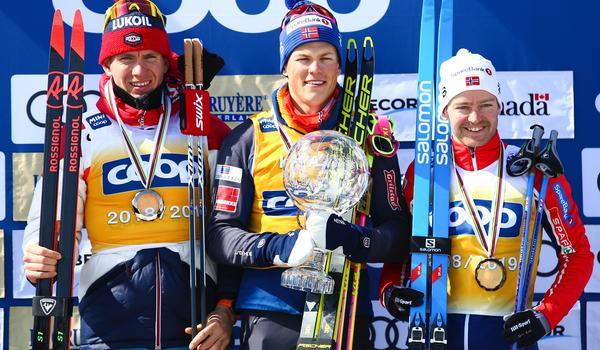 Topptrion i totala världscupen 2018-2019. Tvåan Alexander Bolshunov, ettan Johannes Hoesflot Kläbo och trean Sjur Röthe. FOTO: GEPA pictures/CH Kelemen/Bildbyrån.