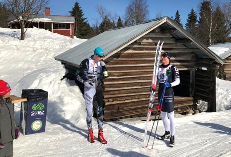 Pontus Nordström smakar segerns sötma under överinseende av Jimmie Johnsson efter fjolårets lopp. FOTO: Tomas Bredberg.