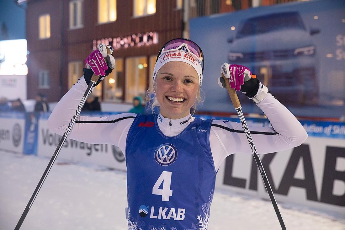 En glad Emma Ribom efter sprintsegern i Gällivare. FOTO: Volkswagen Tour.