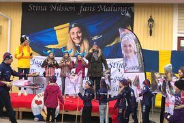 På torsdagskvällen uppvaktades Stina Nilsson på torget i Malung för vinterns framgångar under VM och i världscupen. FOTO: Tomas Bredberg.