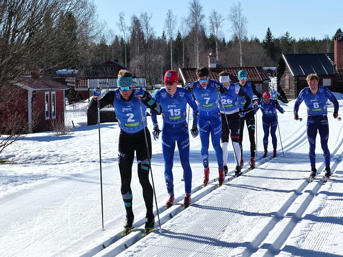 Jimmie Johnsson anför tätklungan i Eldris före hemmaåkaren Garbriel Höjlind som blev trea. Axel Bergsten som slutade trea ligger i vänsterspåret. FOTO: Johan Trygg/Längd.se.