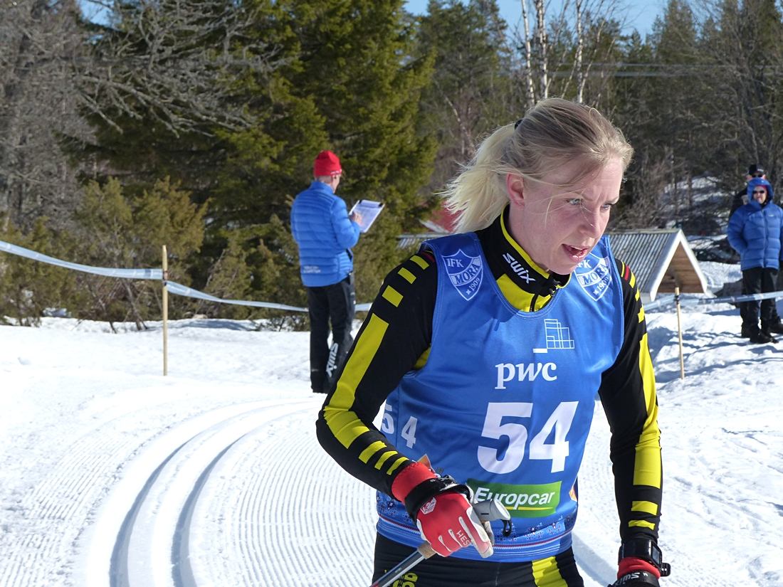 Elin McCallan åkte förbi hemmaåkaren Sofie Oskarsson och blev tvåa. FOTO: Johan Trygg/Längd.se.