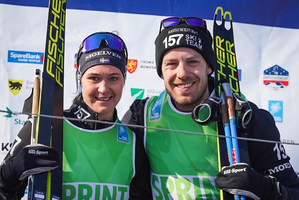 Britta Johansson Norgren och Anton Karlsson håller hårt i de gröna sprintvästarna. FOTO: Visma Ski Classics/Magnus Östh.