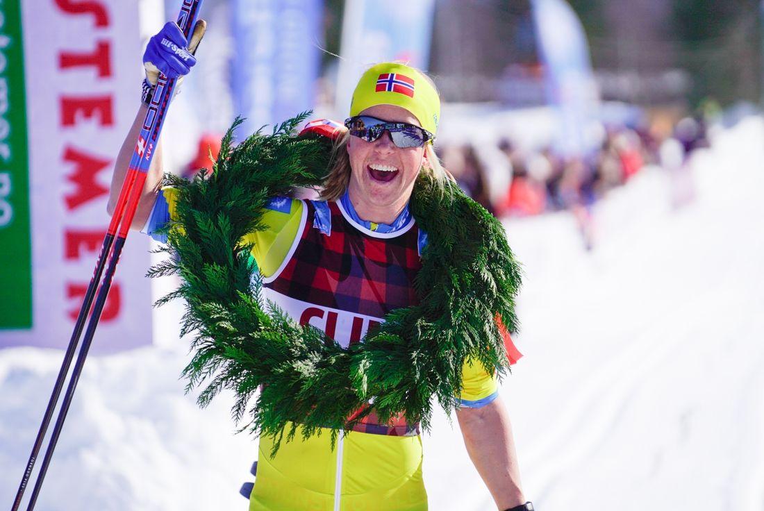 Astrid Öyre Slind jublar efter segern i Reistadlöpet. FOTO: Visma Ski Classics/Magnus Östh.