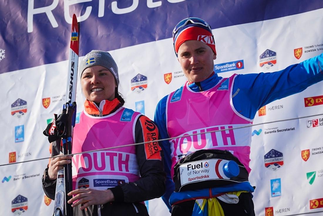 Sofie Elebro var bäst av de svenska tjejerna och leder ungdomstävlingen. Här är Sofie med Torleif Syrstad som har ungdomdsvästen bland killarna. FOTO: Visma Ski Classics/Magnus Östh.