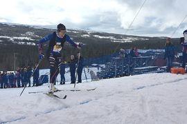 Ebba Andersson vann Årefjällsloppet i stor stil under lördagen. Här saxar hon över mållinjen i Edsåsdalen. FOTO: Årefjällsloppet.