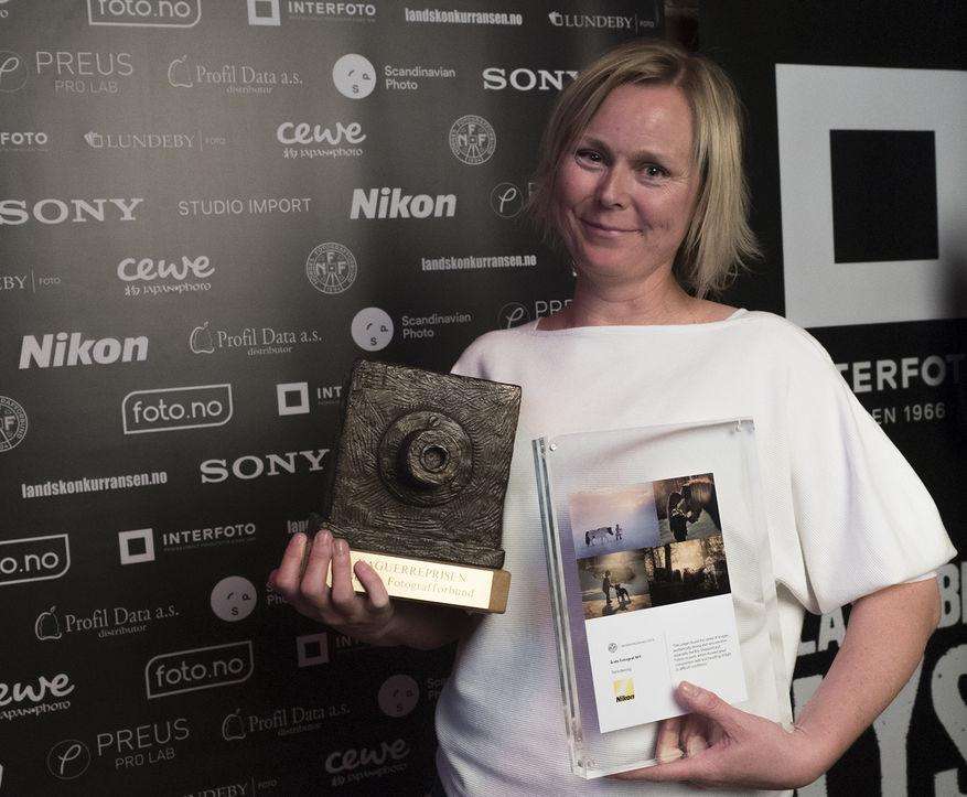 Trine Bjervig mottok vandrepremien, en bronsekopi av Daguerres kamera fra 1939. (Foto:Arne Glomdal)