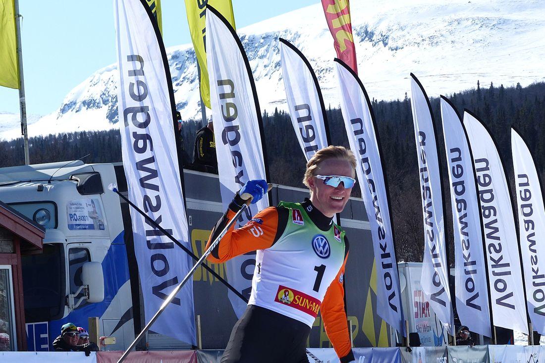 Oskar Svensson med ett leende på läpparna när han förde Falun Borlänge till SM-guld i sprintstafett. FOTO: Johan Trygg/Längd.se.