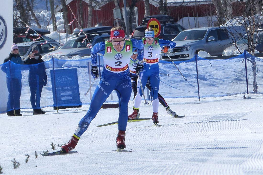 Stina Nilsson för IFK Mora till guld före Jonna Sundling, IFK Umeå och Frida Karlsson, Sollefteå skidor. FOTO: Johan Trygg/Längd.se.