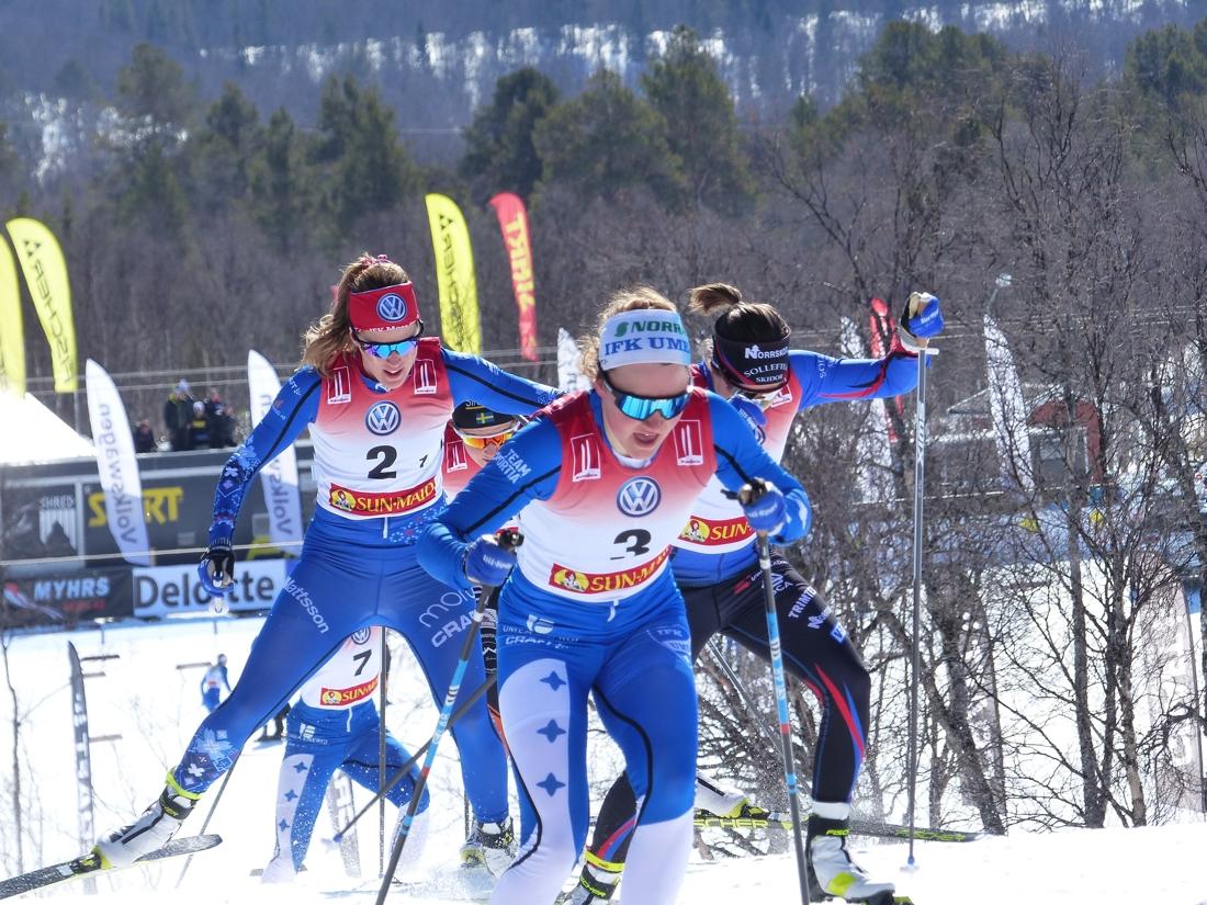 Moa Lundgren och Ebba Andersson gjorde vad de kunde för att åka ifrån Anna Dyvik, som dock bet sig kvar i rygg. FOTO: Johan Trygg/Längd.se.