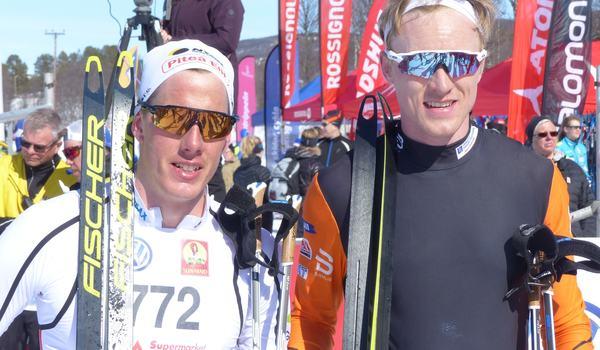 Johan Häggström och Oskar Svensson hade en stenhård fight in på mållinjen vid Fjälltopploppet i Bruksvallarna. Johan tog segern med minsta möjliga marginal. FOTO: Johan Trygg/Längd.se.