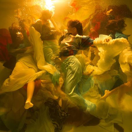 Bildet inngår i vinneren, Christy Lee Rogers' samling «Muses», tatt under vann på Hawaii. Fotografen sier at det som fungerte best var å se motivet utenfra, og bruke overflaten i bassenget som 'lerret' med naturlige effekter som lysets brytninger om natten til å vri på virkeligheten. © Christy Lee Rogers, USA, 1.-premie, Motion (Open competition), 2019.